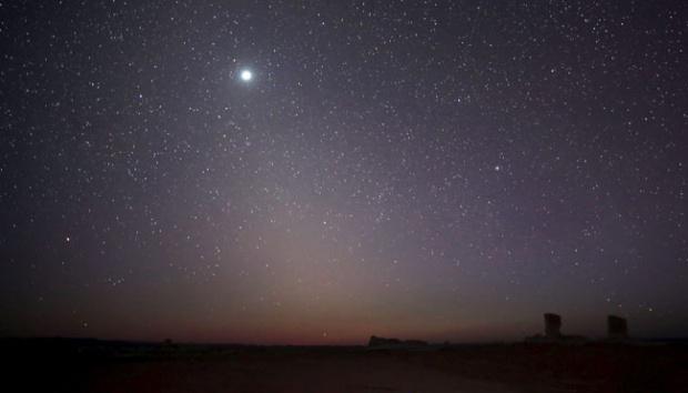 Planet Venus terlihat di langit malam di White Desert, Mesir, 15 Mei 2015. Sedikit ke utara terletak kawasan yang diberi nama Black Desert, yang terdiri dari bebatuan dolerite vulkanik, mirip dengan basalt. REUTERS/Amr Abdallah Dalsh