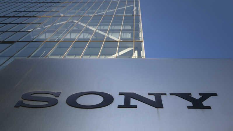 Logo Sony terpampang di pintu masuk kantor pusat perusahaan di Tokyo, Jepang pada 4 Agustus 2020. ( Foto: KAZUHIRO NOGI / AFP )